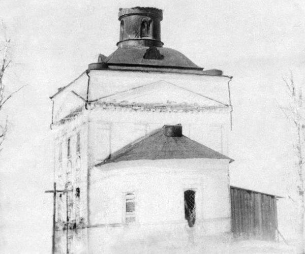 Покровская церковь на Пакшенгском погосте, 1812 года. Каменная, одноэтажная, одноглавая. С тремя престолами.